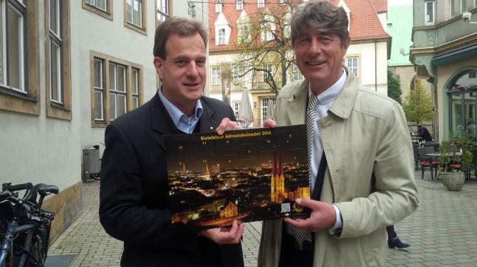 Präsident Thorsten Danzmann und Jochen Häger präsentieren den Adventskalender 2014
